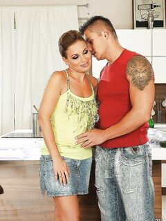 Венгерскую дамочку Szilvia Lauren трахает на кухне татуированный парень секс фото и порно фото