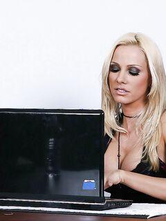 Начальница делает куни секретарше и трахается с ней в офисе секс фото и порно фото