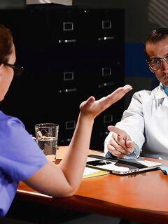 Доктор трахает очкастую клиентку на рабочем месте секс фото и порно фото