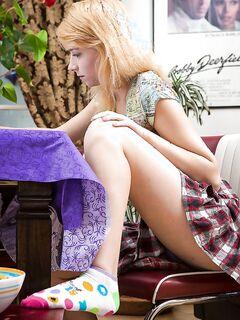 Девушка показывает свою бритую киску крупным планом дома секс фото и порно фото