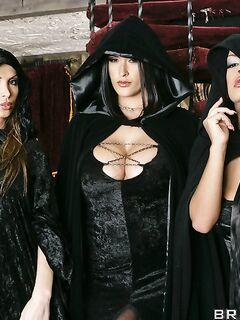 Три сексуальные ведьмы с большими сиськами раздеваются на шабаше секс фото и порно фото