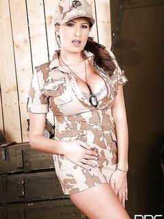 Военная мамочка Sensual Jane соблазняет солдат большими титьками секс фото и порно фото