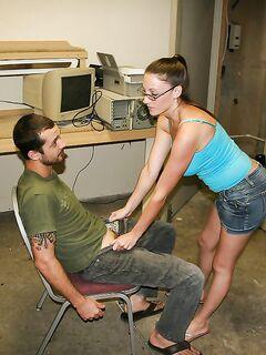 Грудастая девка дрочит пенис и получает потоки спермы на мордашку секс фото и порно фото
