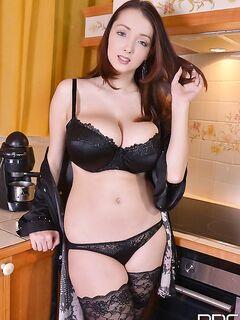 Lucie Wilde обмазала натуральные сиськи 9 размера сливками секс фото и порно фото