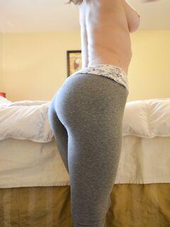 Студентка показывает голую попку и позирует в эротическом белье секс фото и порно фото