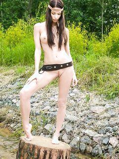 Эротика от длинноволосой модели на пеньке в деревенской речке секс фото и порно фото