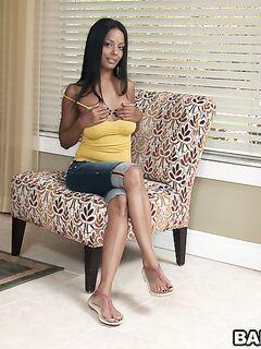 Толстозадая латинка в желтой майке Adriana Milano разделась секс фото и порно фото