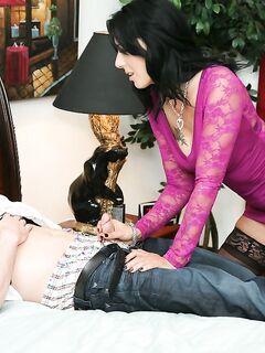 Взрослая брюнетка в чулках дрочит татуированному мужику секс фото и порно фото