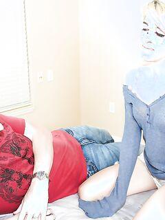 Худая блондинка дрочит член очкастого студента в золотой цепи секс фото и порно фото