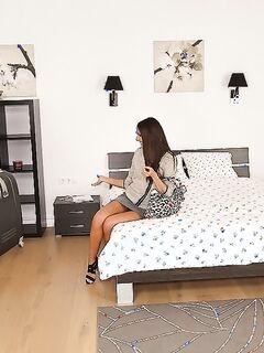 Длинноногая брюнетка Adriana Brill отсасывает любовнику на кровати секс фото и порно фото