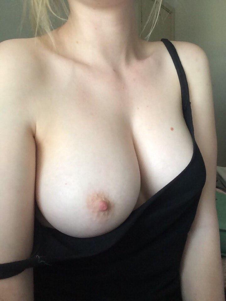 Молодые красотки выложили голые сиськи с набухшими сосками секс фото и порно фото