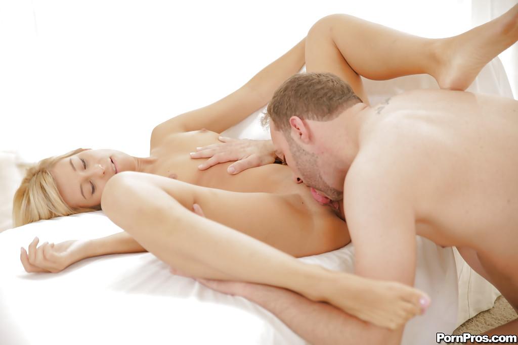 Парень с небольшой щетиной шпилит раком блондинку Lola Reve секс фото и порно фото