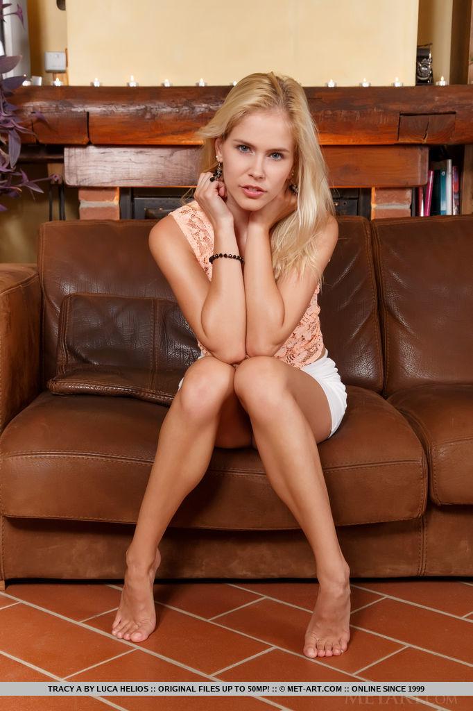 Молодая блондинка отдыхает на кожаном диване голышом секс фото и порно фото