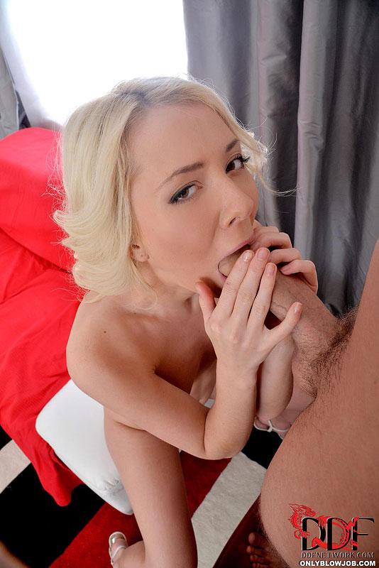 Сексуальная милашка отсасывает член стоящего в кресле парня секс фото и порно фото