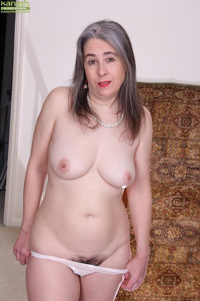 Зрелая Lexy Lou с заросшей пилоткой раздевается у лестницы секс фото и порно фото