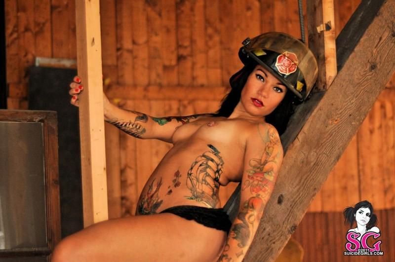 Брюнетка с татуировками снимает с себя одежду пожарного в нежилом помещении секс фото и порно фото