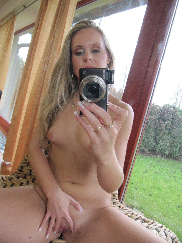 Плоская блондинка селфится голышом в зеркале на фоне больших окон секс фото и порно фото