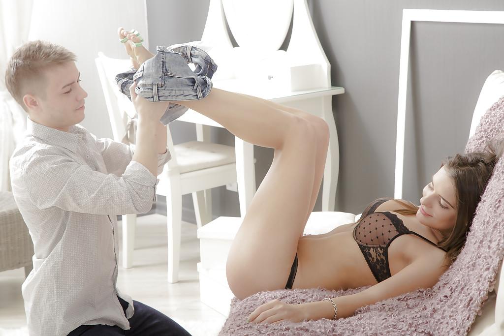 Парень трахает русскую девушку до камшота на попу секс фото и порно фото