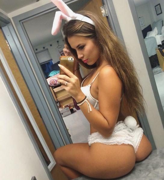 Домашнее селфи длинноволосой красотки перед зеркалом секс фото и порно фото