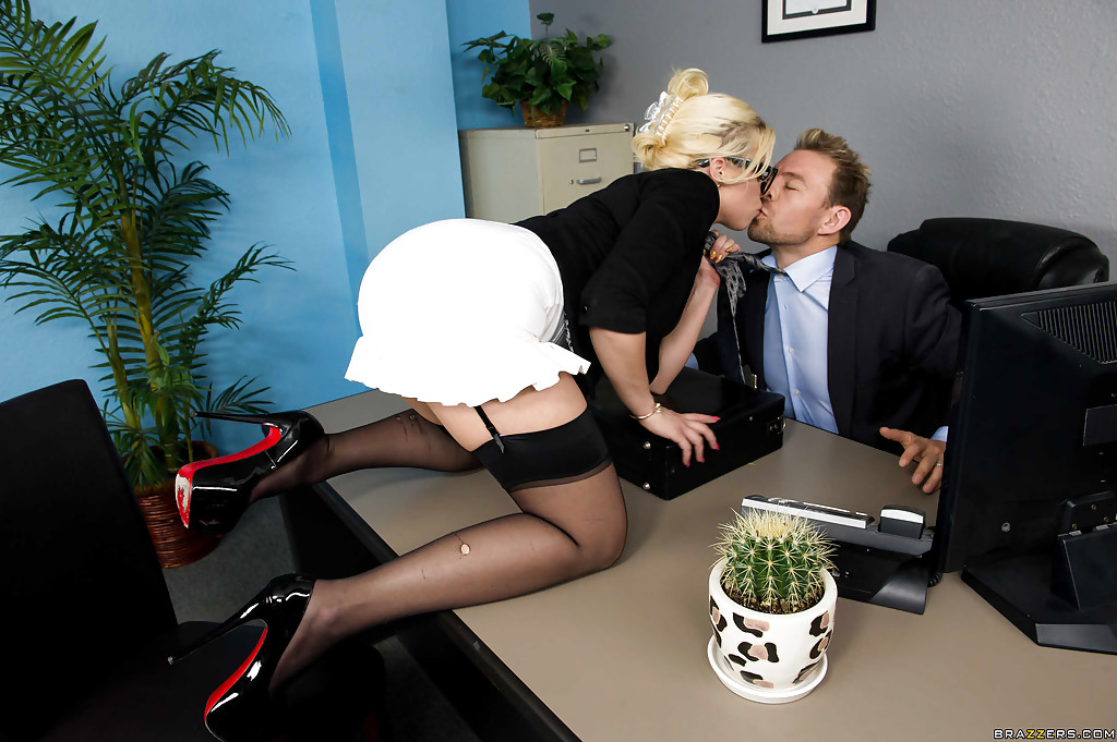 Секретарша в чёрных чулках ублажает член начальника анальной дыркой секс фото и порно фото