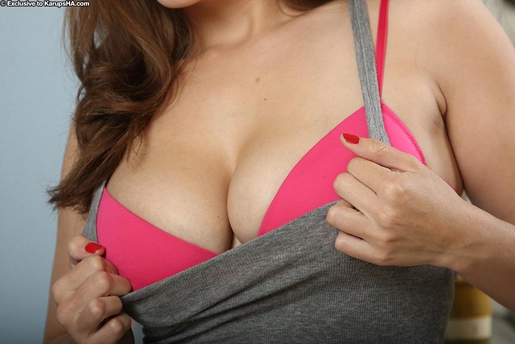 Пышка эротично показывает свою киску и тело секс фото и порно фото