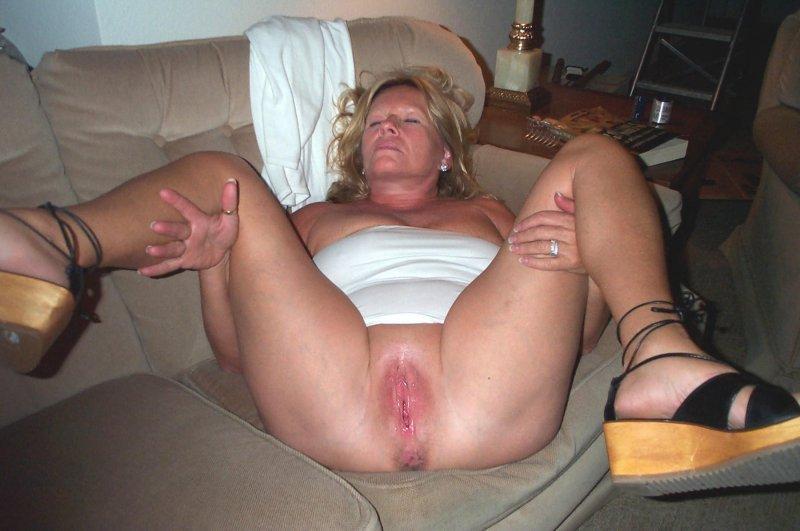 Домашние бабы раздвигают ноги, чтобы показать голые киски секс фото и порно фото