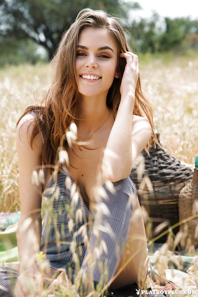 Эмберли Уэст раздевается на пшеничном поле секс фото и порно фото