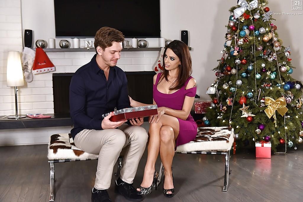 Парень трахает кареглазую подругу возле ёлки в новогоднюю ночь секс фото и порно фото