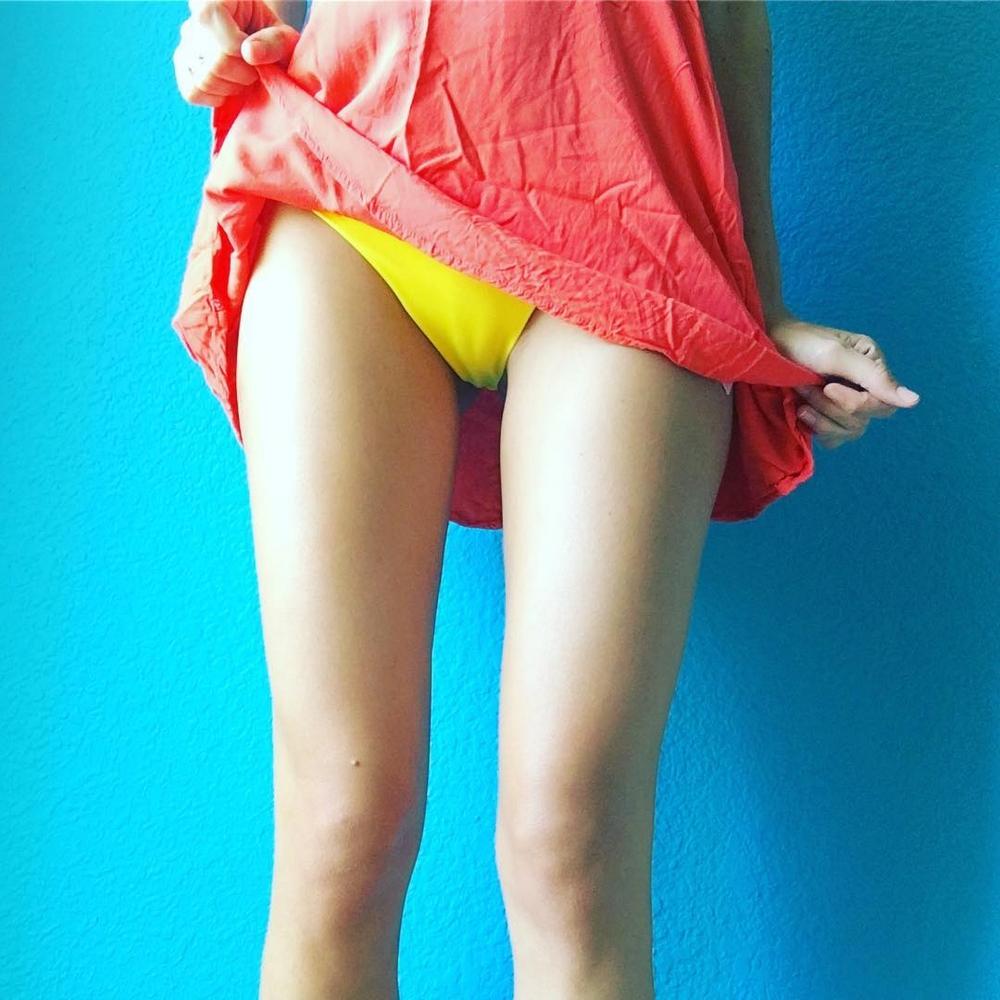 Голые письки молодых девушек под юбками и платьями секс фото и порно фото