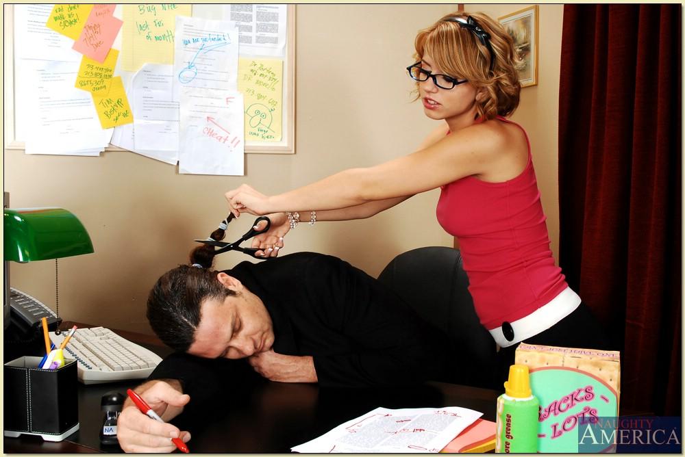 Начальник трахает двух очкастых красоток на рабочем месте секс фото и порно фото