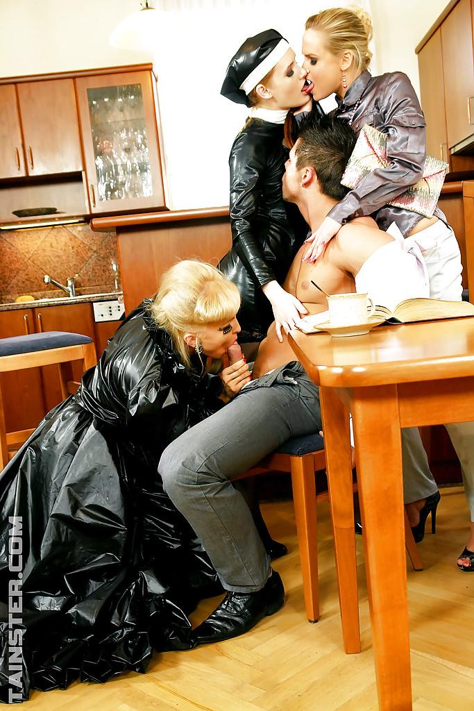 Jenna Lovely и две мамки трахаются с одним парнем и лижут киски секс фото и порно фото