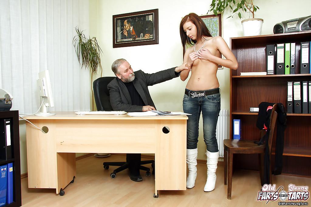 Старый босс с бородой дрючит узкую киску секретарши на полу секс фото и порно фото