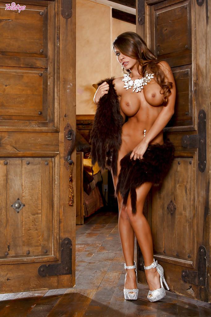 Длинноногая Madison Ivy мастурбирует в красивой спальне секс фото и порно фото