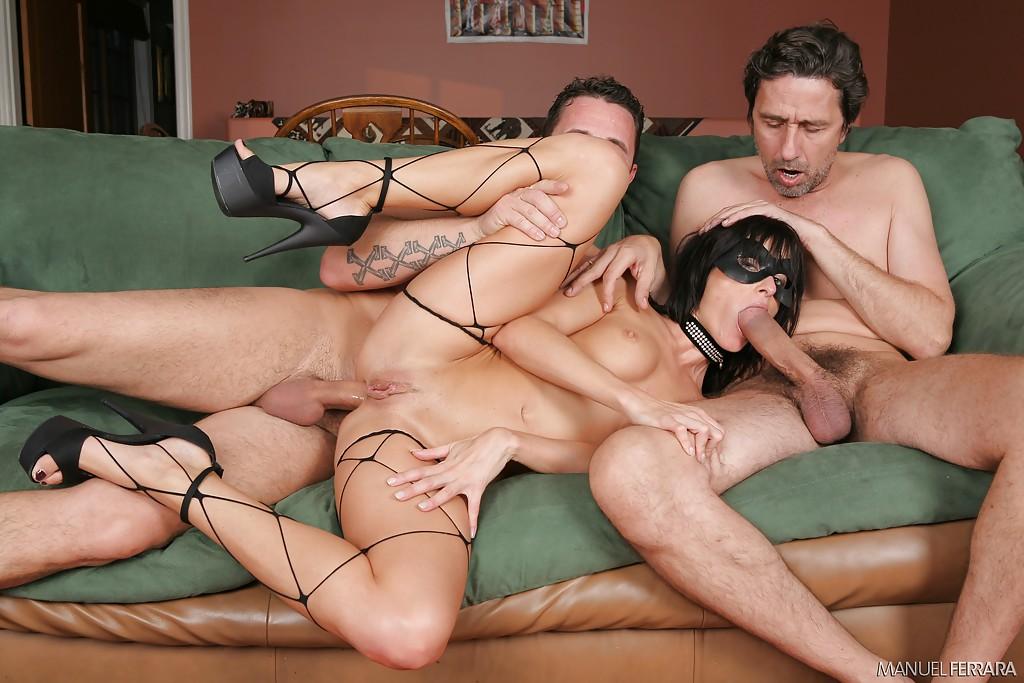 Извращенцы втыкают концы в анус и письку брюнетки Cecilia Vega секс фото и порно фото