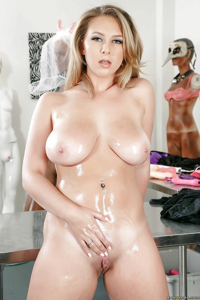 Brooke Wylde мнет массивные дойки и показывает промежность секс фото и порно фото