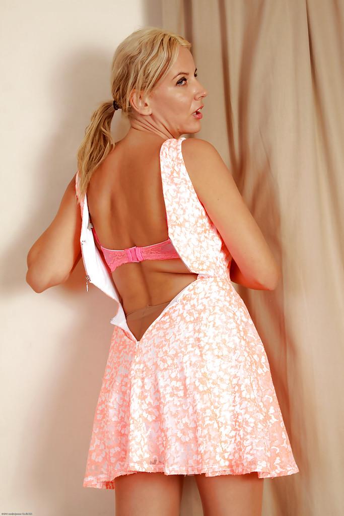 Загорелая блондинка показывает большие дойки и розовую манду секс фото и порно фото