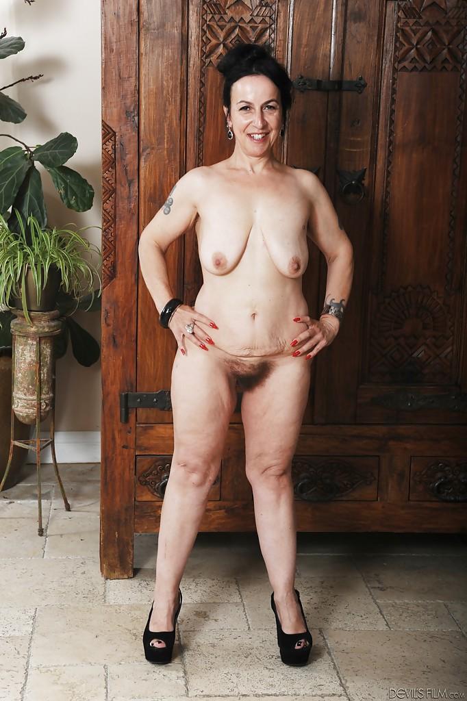 Зрелка демонстрирует обвислые дойки и волосатую манду секс фото и порно фото