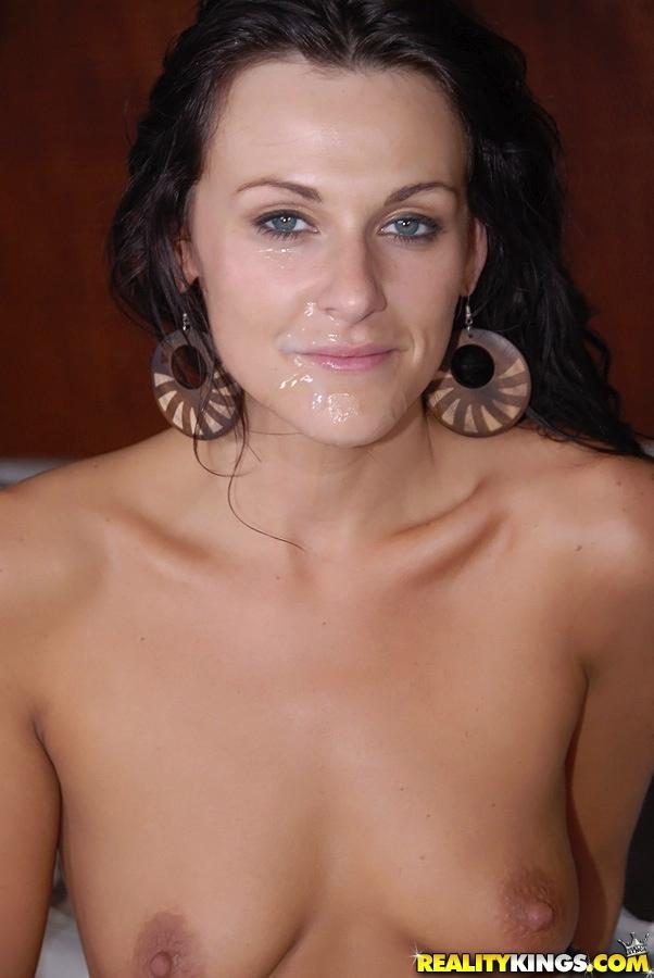 Невысокий мужик шпилит стройную брюнетку в анал на кровати секс фото и порно фото