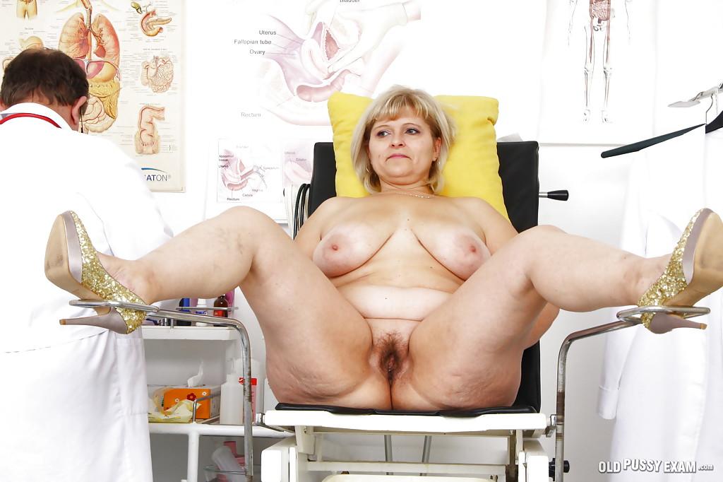 Доктор осмотрел волосатую манду жирной блондинки за 40 секс фото и порно фото