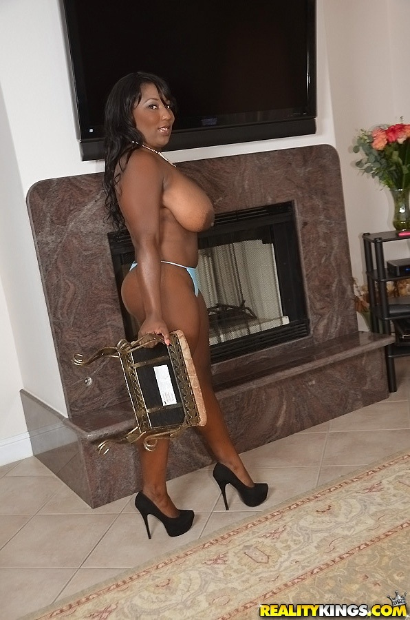 Негритянская мамка в голубых стрингах показывает дойки у камина секс фото и порно фото