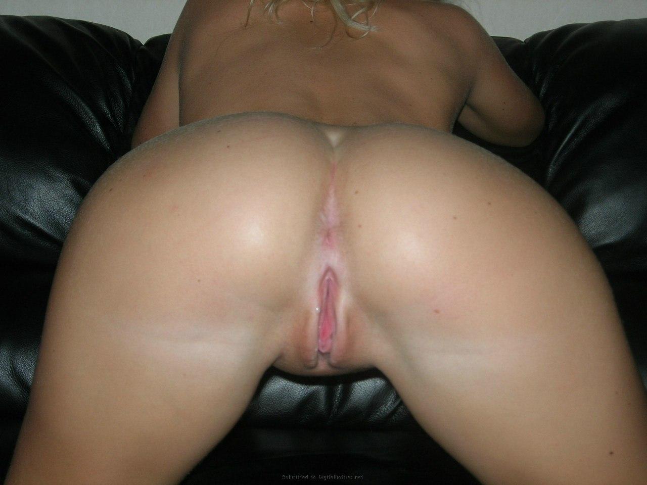 Гламурная блондинка примеряет разные трусики и позирует голая секс фото и порно фото