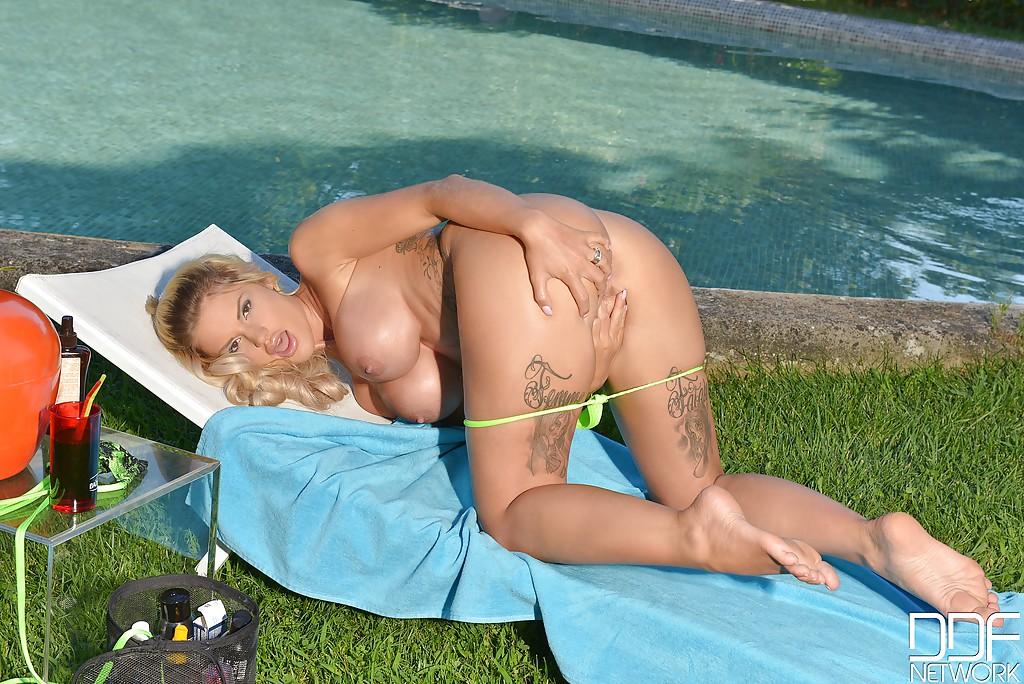 Грудастая блондинка с пухлыми губами мастурбирует в бикини секс фото и порно фото