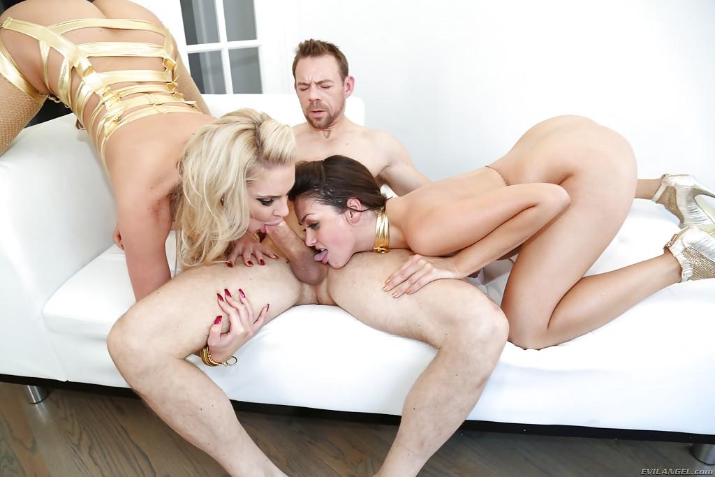 Анальная групповуха Phoenix Marie и Alie Haze с небритым факером секс фото и порно фото