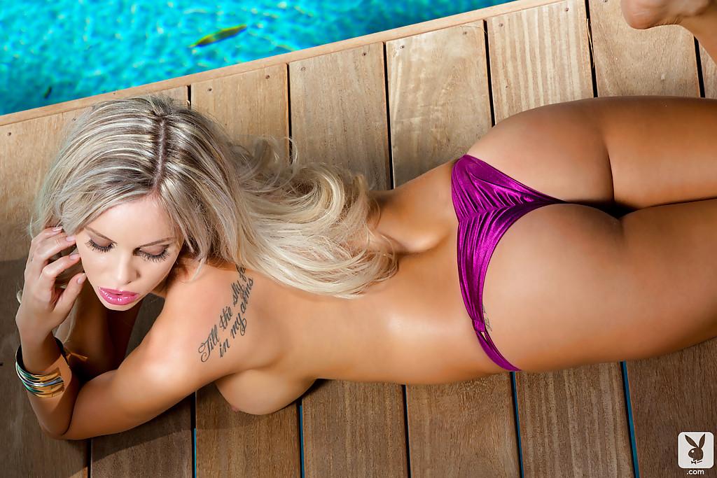 Гламурные красотки подставляют большие сиськи солнцу у бассейна секс фото и порно фото