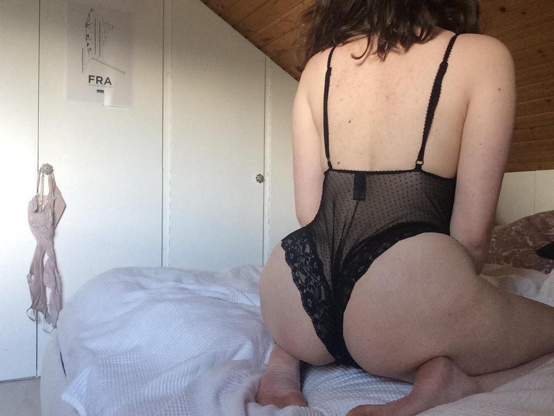 Толстозадая телка с большой грудью дрючит писю черным дилдо секс фото и порно фото
