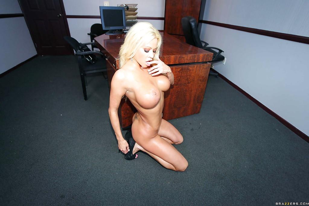 Менеджер втыкает грудастой начальнице член в манду посреди дня секс фото и порно фото