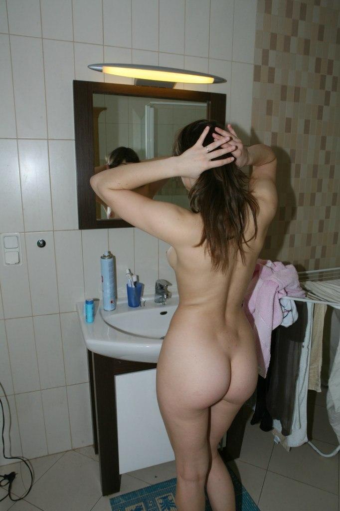 Проказница принимает душ и позирует на кровати секс фото и порно фото