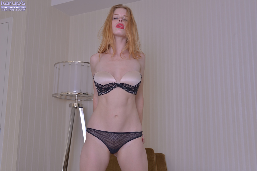 Alexia Sirens раздевается у мягкого кресла секс фото и порно фото