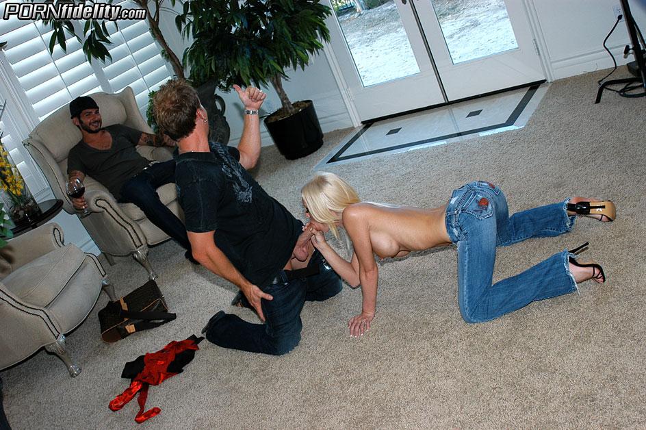 Блондинка уговорила мужа на куколд и ебется с его другом секс фото и порно фото