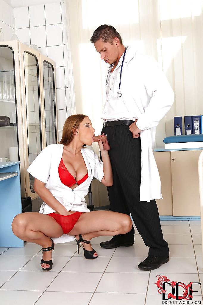 Доктор и пациент пустили по кругу рот сексуальной медсестры секс фото и порно фото